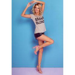 Bluzka t-shirt smart blonde k108. Niebieskie bluzki damskie Knitis, l, z nadrukiem, z dzianiny, klasyczne, z klasycznym kołnierzykiem, z krótkim rękawem. W wyprzedaży za 44,00 zł.