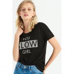 T-shirt ze strukturalną aplikacją - Czarny. Czarne t-shirty damskie Sinsay, l, z aplikacjami. Za 24,99 zł.