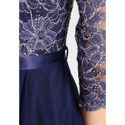 Swing Sukienka koktajlowa blue ice/silver. Szare sukienki koktajlowe marki Swing, z materiału. W wyprzedaży za 395,45 zł.