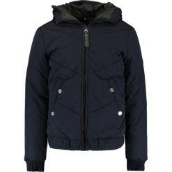 GStar STRETT CHEVRON HDD JKT Kurtka przejściowa mazarine blue. Czerwone kurtki męskie przejściowe marki G-Star, l, z napisami. W wyprzedaży za 557,40 zł.