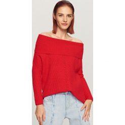 Sweter z odkrytymi ramionami - Czerwony. Czerwone swetry klasyczne damskie Reserved, l. Za 99,99 zł.