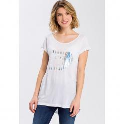 Koszulka w kolorze białym. Białe t-shirty damskie marki Cross Jeans, s, z wiskozy, z okrągłym kołnierzem. W wyprzedaży za 36,95 zł.