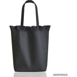 Torebki klasyczne damskie: Skórzana torba na ramię z falbanką czarna