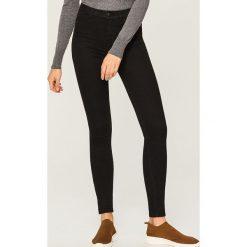 Jeansy z wysokim stanem - Czarny. Czarne spodnie z wysokim stanem Reserved, z jeansu. Za 79,99 zł.
