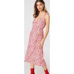 Andrea Hedenstedt x NA-KD Kopertowa sukienka midi - Pink,Multicolor. Czerwone sukienki na komunię marki Mohito, l, z materiału, z falbankami. W wyprzedaży za 121,48 zł.