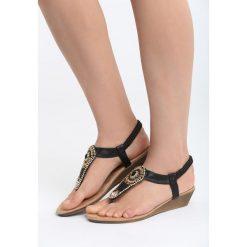 Czarne Sandały Something Familiar. Czarne sandały damskie marki Born2be, z materiału, na koturnie. Za 69,99 zł.