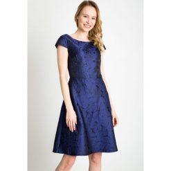 Żakardowa sukienka w kwiaty QUIOSQUE. Szare sukienki balowe marki QUIOSQUE, uniwersalny, w jednolite wzory, z satyny, z dekoltem na plecach, z krótkim rękawem, mini, rozkloszowane. W wyprzedaży za 59,99 zł.