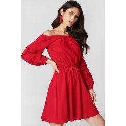 Sukienki hiszpanki: Hannalicious x NA-KD Sukienka z odkrytymi ramionami – Red