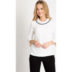 Biała bluzka z rękawem 3/4 QUIOSQUE. Białe bluzki asymetryczne QUIOSQUE, m, z tkaniny, biznesowe, z dekoltem na plecach. W wyprzedaży za 49,99 zł.