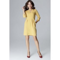 Żółta Wizytowa Prosta Sukienka z Rozcięciem przy Dekolcie. Żółte sukienki balowe marki Molly.pl, do pracy, l, dekolt w kształcie v, midi, dopasowane. Za 154,90 zł.