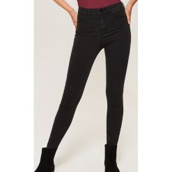 Jeansy high waist skinny - Czarny. Czarne spodnie z wysokim stanem marki KIPSTA, z poliesteru, do piłki nożnej. Za 59,99 zł.