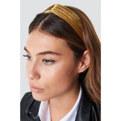 NA-KD Accessories Aksamitna opaska do włosów - Gold. Różowe ozdoby do włosów marki NA-KD Accessories. Za 32,00 zł.