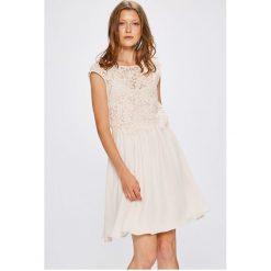 Vila - Sukienka. Szare sukienki mini Vila, na co dzień, z bawełny, casualowe, z okrągłym kołnierzem, z krótkim rękawem, rozkloszowane. W wyprzedaży za 139,90 zł.