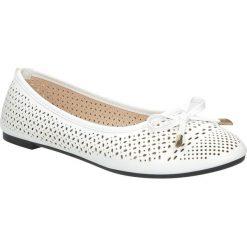 Białe baleriny ażurowe z kokardkę Casu SJ1768-2. Białe baleriny damskie ażurowe marki Casu. Za 39,99 zł.