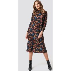 NA-KD Sukienka midi ze stójką - Multicolor. Niebieskie długie sukienki marki ARTENGO, z elastanu, ze stójką. Za 121,95 zł.