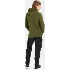 Suit DR ORANGE Bluza z kapturem dust green. Zielone bluzy męskie rozpinane Suit, m, z bawełny, z kapturem. W wyprzedaży za 356,15 zł.