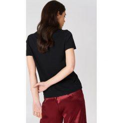 NA-KD T-shirt z haftowaną różą na piersi - Black. Czarne t-shirty damskie NA-KD, z haftami, z bawełny. Za 40,95 zł.