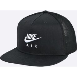 Nike Sportswear - Czapka. Różowe czapki z daszkiem męskie marki Nike Sportswear, l, z nylonu, z okrągłym kołnierzem. W wyprzedaży za 99,90 zł.