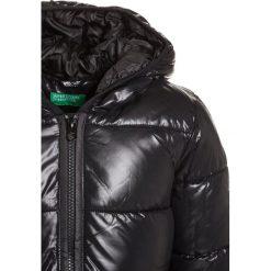 Benetton Płaszcz zimowy black. Czarne kurtki chłopięce marki Benetton, na zimę, z materiału. W wyprzedaży za 135,20 zł.