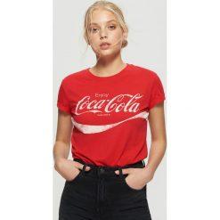Koszulka COCA-COLA - Czerwony. Czerwone t-shirty damskie marki Cropp, l. Za 49,99 zł.