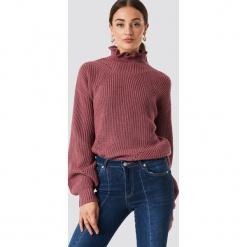 Rut&Circle Sweter z falbanką - Pink. Szare swetry klasyczne damskie marki Vila, l, z dzianiny, z okrągłym kołnierzem. Za 141,95 zł.