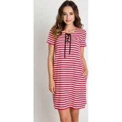 Sukienki: Sukienka w marynarskie pasy z wiązaniem na dekolcie BIALCON