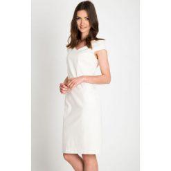 Kremowa sukienka ze złotym paskiem QUIOSQUE. Białe sukienki mini marki QUIOSQUE, w paski, z tkaniny, eleganckie, z kopertowym dekoltem, z krótkim rękawem, kopertowe. W wyprzedaży za 99,99 zł.