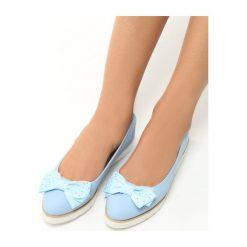 Niebieskie Baleriny Falina. Białe baleriny damskie z kokardą marki Born2be, ze skóry, na płaskiej podeszwie. Za 49,99 zł.
