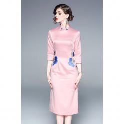 Sukienka w kolorze różowym. Czerwone sukienki na komunię marki Zeraco, z dekoltem na plecach, midi, proste. W wyprzedaży za 299,95 zł.