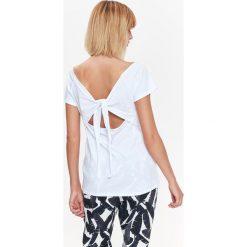 T-SHIRT Z MODNYM WIĄZANIEM NA PLECACH. Szare t-shirty damskie marki Top Secret, z dekoltem na plecach. Za 29,99 zł.