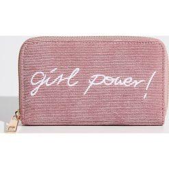 Portfele damskie: Sztruksowy portfel z napisem - Różowy