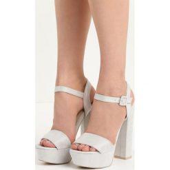 Jasnoszare Sandały Chic Heels. Szare sandały damskie na słupku marki Born2be, z materiału, na wysokim obcasie. Za 79,99 zł.