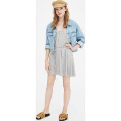 Prążkowana sukienka z guzikami. Niebieskie sukienki dzianinowe marki Pull&Bear. Za 48,90 zł.