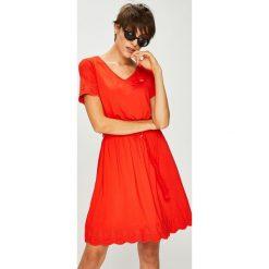 U.S. Polo - Sukienka. Czerwone sukienki dzianinowe marki U.S. Polo, na co dzień, l, z haftami, casualowe, polo, mini, rozkloszowane. W wyprzedaży za 499,90 zł.