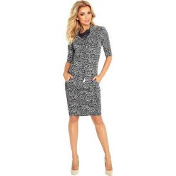Chantal Sukienka sportowa z golfem - CIEMNY GRAFIT + NAPISY. Szare sukienki sportowe marki numoco, z napisami, z wiskozy, z golfem, sportowe. Za 119,99 zł.
