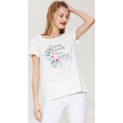 T-shirty damskie: T-shirt z kwiatowym nadrukiem – Kremowy