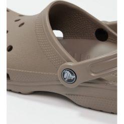 Crocs CLASSIC Sandały kąpielowe khaki. Różowe kąpielówki męskie marki Crocs, z materiału. W wyprzedaży za 132,05 zł.
