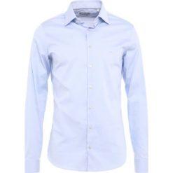 Michael Kors RALEIGH SLIM FIT Koszula biznesowa light blue. Niebieskie koszule męskie slim marki Polo Ralph Lauren, m, z bawełny, polo. Za 379,00 zł.
