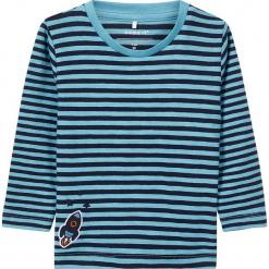 """Koszulka """"Reson"""" w kolorze niebiesko-granatowym. Niebieskie t-shirty chłopięce z długim rękawem Name it Baby, z aplikacjami, z bawełny. W wyprzedaży za 32,95 zł."""