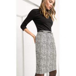 Ołówkowa spódnica z paskiem. Czarne spódniczki ołówkowe Orsay, w paski, z bawełny. Za 99,99 zł.