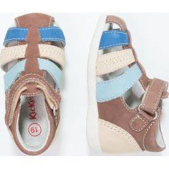 Kickers Sandały beige. Niebieskie sandały chłopięce marki Kickers, z kauczuku, na sznurówki. W wyprzedaży za 181,30 zł.