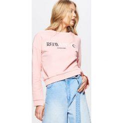 Bluzy damskie: Krótka bluza z rozcięciami przy rękawach – Różowy