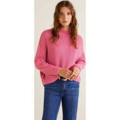 Mango - Sweter Diagonal. Różowe swetry klasyczne damskie marki Mango, l, z dzianiny, z okrągłym kołnierzem. Za 89,90 zł.