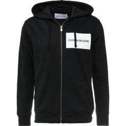 Calvin Klein Jeans INSTITUTIONAL LOGO ZIP THROUGH HOOD Bluza rozpinana black. Czarne bluzy męskie rozpinane Calvin Klein Jeans, m, z bawełny. Za 509,00 zł.