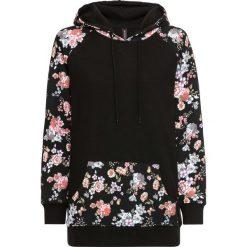 Bluza z kapturem bonprix czarny w kwiaty. Czarne bluzy z kapturem damskie marki bonprix, w kwiaty. Za 74,99 zł.