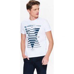 T-shirty męskie z nadrukiem: T-SHIRT MĘSKI KRÓTKI RĘKAW Z NADRUKIEM I ROZCIĘCIAMI NA BOKACH