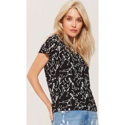 T-shirt z nadrukiem all over - Czarny. Czarne t-shirty damskie marki House, l, z nadrukiem. Za 39,99 zł.
