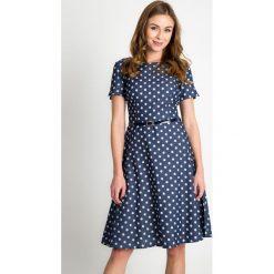 Sukienki: Granatowa rozkloszowana sukienka w groszki QUIOSQUE