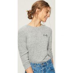 Sweter z haftowanym napisem - Jasny szar. Szare swetry klasyczne damskie Sinsay, l. Za 39,99 zł.