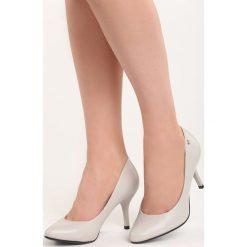 Jasnoszare Czółenka No Roots. Szare buty ślubne damskie Born2be, ze skóry, ze szpiczastym noskiem, na niskim obcasie, na szpilce. Za 79,99 zł.